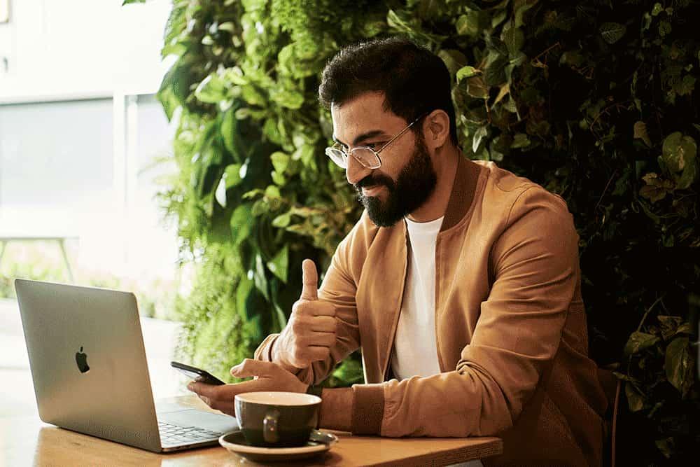 Homme-ordinateur-business