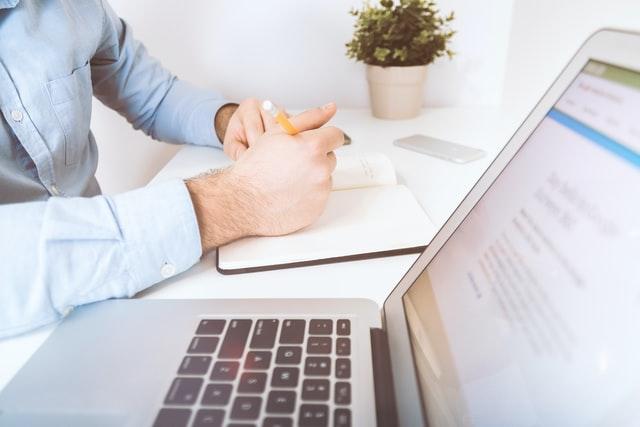 homme qui écris sur un ordinateur