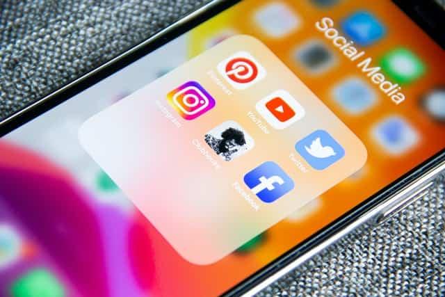 iphone avec les réseaux sociaux populaires